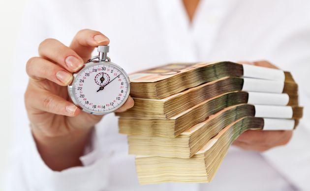 cash human hand and stop watch - ارتودنسی اقساطی در کرج